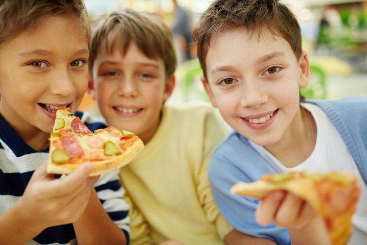 children eating pizza